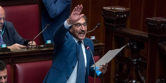 Ddl antifascismo, Ignazio La Russa fa il saluto romano in aula. Storace: