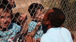 Dietro la bellezza del bacio di Ammar ai figli ritrovati in un campo rifugiati, tutto il dramma di chi scappa dalla