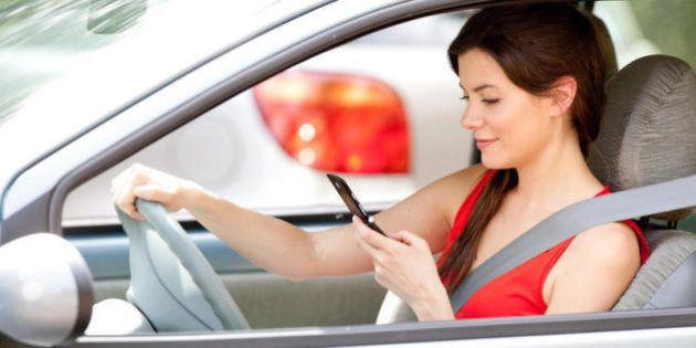 Telefonare in macchina, pericoloso anche con auricolari e vivavoce. Lo dimostra uno studio