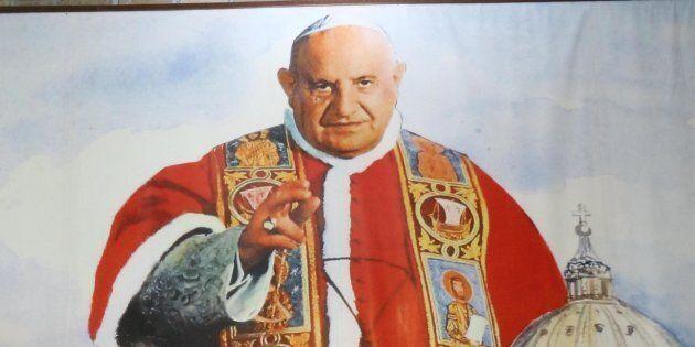 Fedeli seguono la cerimonia di canonizzazione di Papa Giovanni XXIII a Sotto il Monte (Bergamo) attraverso...