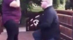 Le fa la proposta di matrimonio con un anello da 3mila dollari, ma gli cade nel