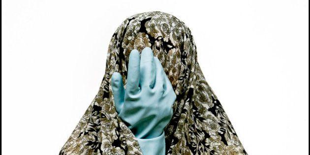 L'Iran della fotografa Shadi Ghadirian e le sue donne senza