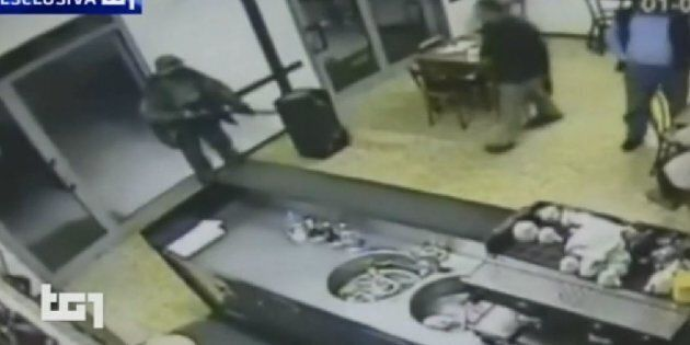 Le prime immagini del killer di Budrio durante la rapina. Ecco i tre