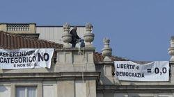 Uomo sul tetto della Scala, striscioni per il No al
