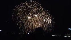 I fuochi d'artificio illuminano il cielo di Nizza pochi minuti prima