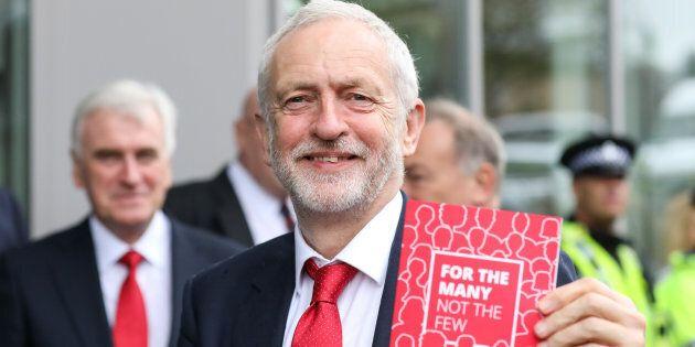 Il leader laburista Jeremy Corbyn con in mano una copia del nuovo manifesto del
