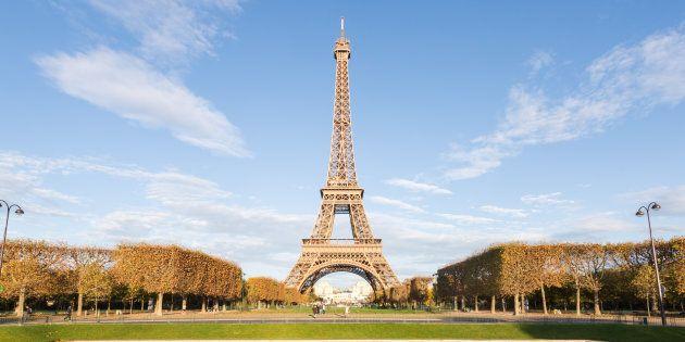 Parigi blinda la Torre Eiffel con un muro di