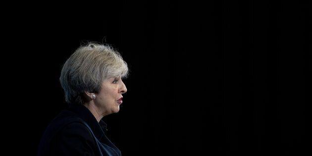 Theresa May presenta il suo programma: duro su immigrazioni e