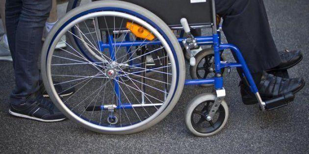 Concedeva la pensione di invalidità in cambio di sesso e