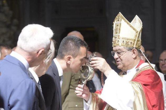 Luigi di Maio bacia la teca contenente il sangue di San Gennaro nel Duomo di Napoli, Napoli 19 Settembre...