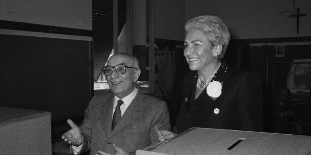 1985, Roma. Amintore Fanfani con la moglie Maria Pia Tavazzani al voto, seggio elettorale in zona
