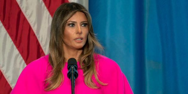 Il vestito fucsia da 3 mila euro di Melania Trump rivela la vera differenza tra lei e Michelle