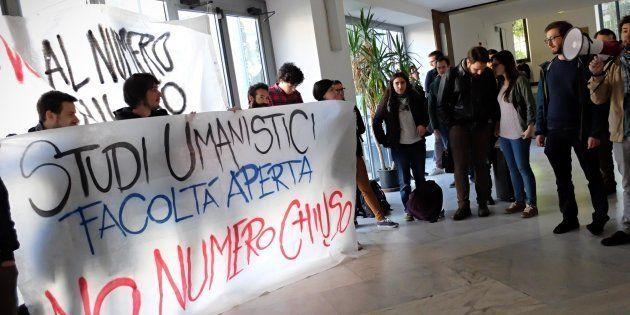 Milano, presidio di studenti alla Statale contro l'introduzione del numero chiuso alle facoltà