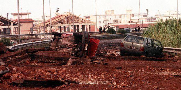 Le auto distrutte sul luogo della strage del 23 maggio 1992, sull'autostrada A29, nei pressi dello svincolo...