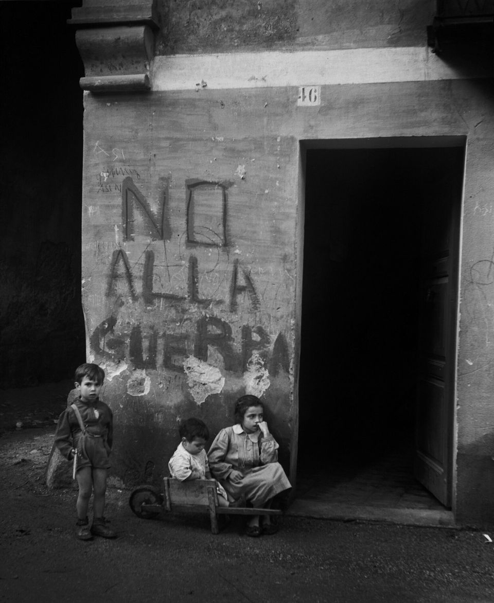 ITALY. Genua. 1946. Writing on the wall: