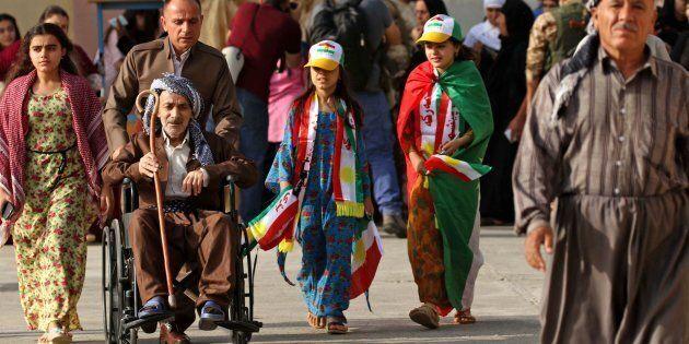 Curdi iracheni arrivano al seggio per votare l'indipendenza durante il referendum di oggi ad Arbil, nella...