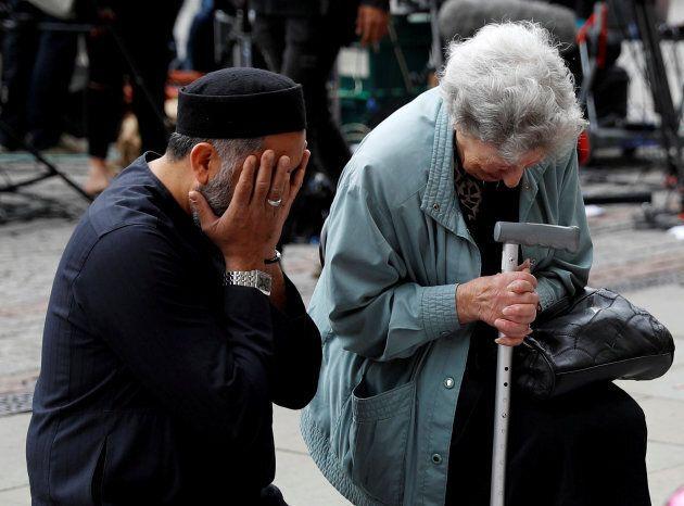 Alla veglia di Manchester un musulmano ha consolato un'anziana ebrea che pregava per le