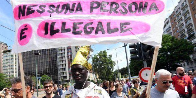 Un immigrato partecipa alla
