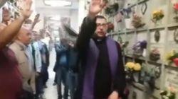 Sacerdote fa il saluto romano alla commemorazione di un ladro