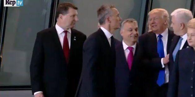 Trump si fa largo spintonando il premier del Montenegro. Il video spopola sul