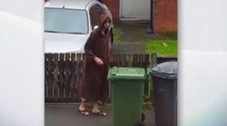 Lunga tunica marrone e cappuccio: l'attentatore di Manchester ripreso da un suo vicino di