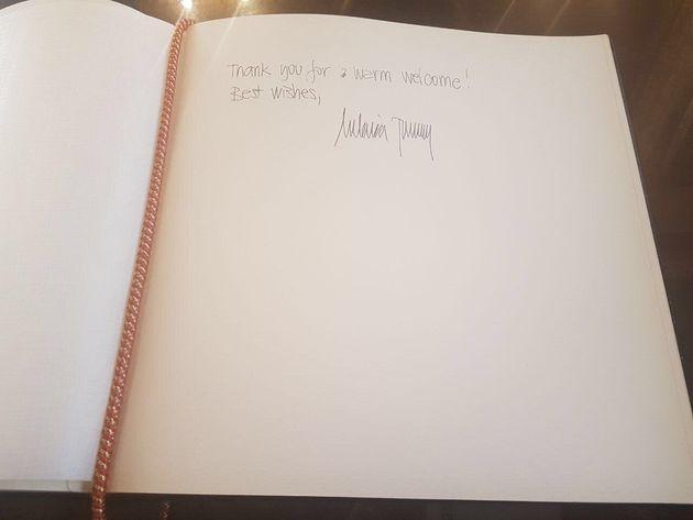 Ecco cosa la scrittura di Melania Trump rivela sulla sua personalità (secondo una grafologa