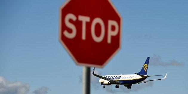 Ryanair lascia a terra altri 400mila passeggeri. E annuncia che non presenterà più l'offerta per