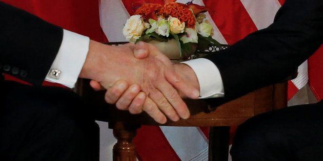 Ambasciatore francese aveva avvertito Macron della stretta di mano di