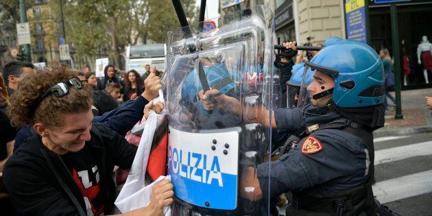 G7 a Torino, scontri tra polizia e manifestanti. ResetG7 occupa università: