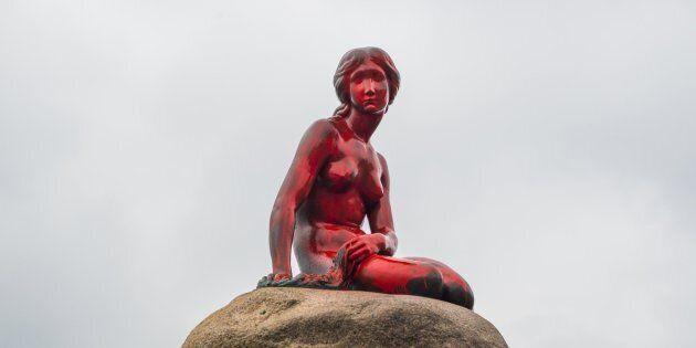La sirenetta di Copenaghen è stata imbrattata con della vernice rossa in difesa