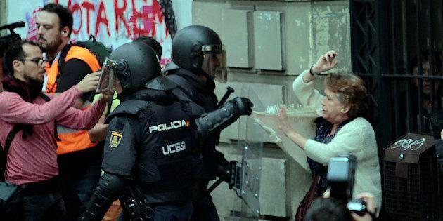 Catalogna, il giorno dell'indipendenza. Si vota fra proiettili di gomma, cariche e urne sequestrate....
