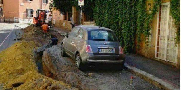A Roma l'ultima frontiera dei lavori stradali: lo scavo gira intorno all'auto