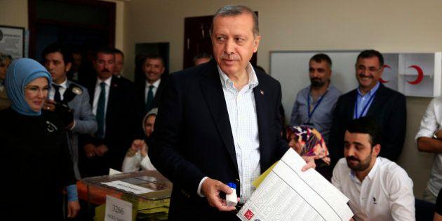Turchia elezioni, l'Akp di Recep Tayyip Erdogan perde la maggioranza assoluta. Buon risultato dei