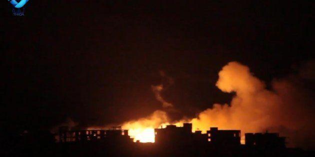 In un fermo immagine tratto da Youtube, un momento del dombardamento su Dael, localita' a Ovest di Aleppo,...