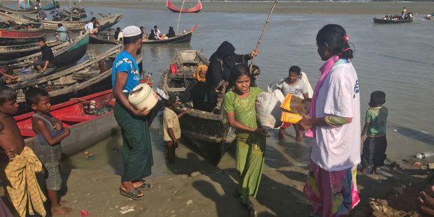 Rohingya in arrivo sulle coste del Bangladesh assistiti dal personale Moas sul