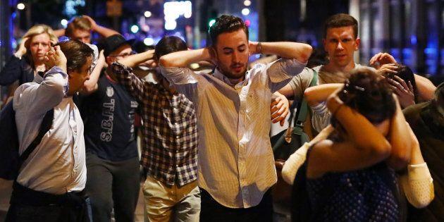 Scortati dalla polizia con le mani in testa: la lunga notte di terrore dei giovani