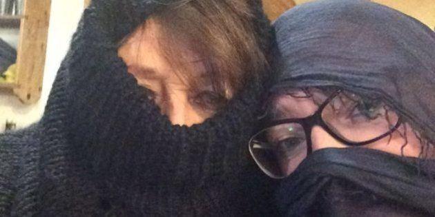Cortina, donne indossano il burqa per protesta contro le regole maschiliste della