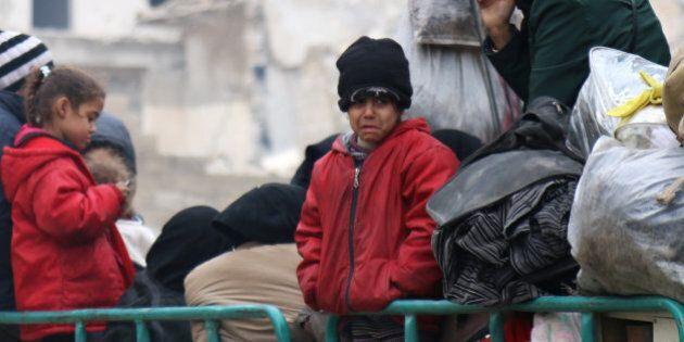 Aleppo, ripresa l'evacuazione. In migliaia portati fuori dalla città. Onu approva invio di