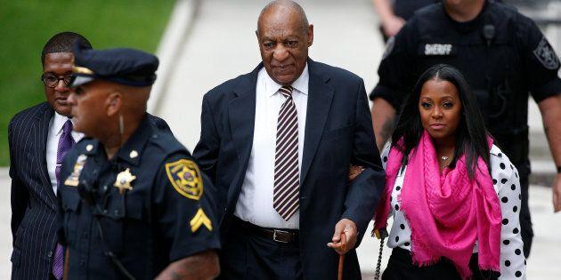 Bill Cosby a processo per violenza sessuale, si presenta in tribunale con la piccola
