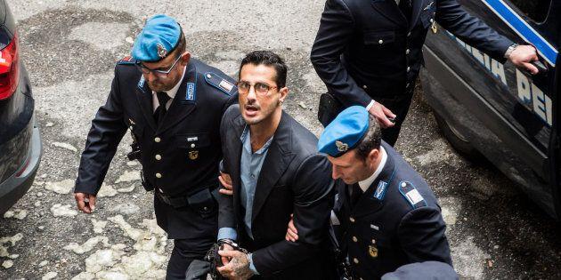 Fabrizio Corona cacciato dall'aula di tribunale a Milano, urlava: