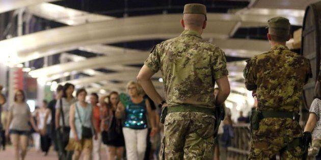 Il deflusso dei turisti durante Servizio notturno con l'Esercito Italiano. Milano, 14 agosto 2015. ANSA/STEFANO