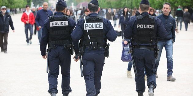 Parigi, bottiglie di benzina con un detonatore rudimentale trovate sotto un