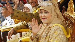 Un carro d'oro trasportato da decine di uomini e 15 giorni di festeggiamenti per i 50 anni di regno del sultano del
