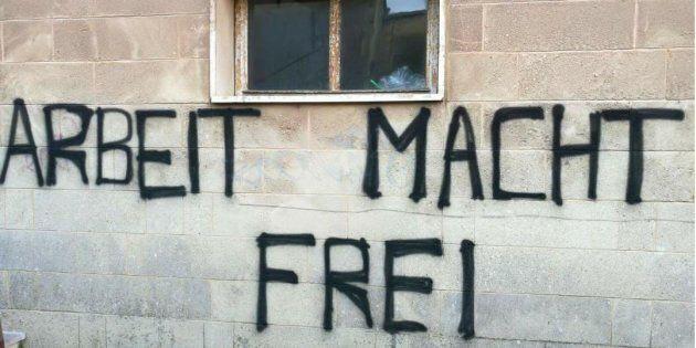Scritta nazista sul muro di un centro di per migranti in