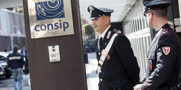 Un momento dell'acquisizione di atti relativi ad appalti disposta dalla Procura di Roma negli uffici...