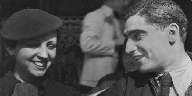 Ritratto dei fotografi Gerda Taro (1910 - 1937) e Robert Capa (1913 - 1954) nel