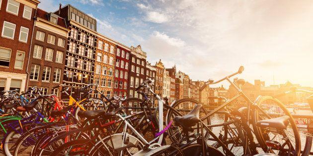 Amsterdam dice basta ai negozi di biciclette e di wafel per restituire il centro storico ai suoi