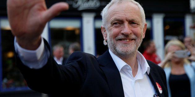 L'esultanza di Corbyn, il vecchio ribelle che ha rianimato Labour: