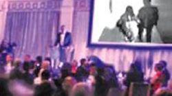 Lo sposo si vendica della futura moglie e mostra il video del tradimento di lei agli ospiti del loro