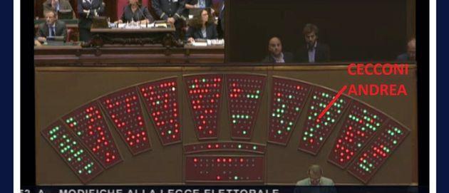 Gli ultimi giapponesi del patto a 4. Danilo Toninelli e Andrea Cecconi votano contro l'emendamento grillino...